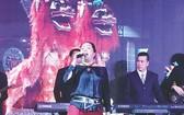 麗梅在舞台上演出。