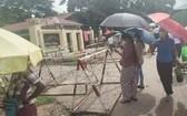 在緬甸仰光茵盛監獄門前等候的被捕人員家屬。(圖源:互聯網)
