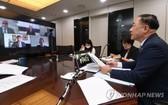 7月5日,在政府世宗辦公大樓,韓國企劃財政部和惠譽聯合舉行視頻會議。圖為企劃部長官洪楠基(右一)在會上發言。 (圖源:韓聯社)