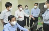 市人委會主席阮成鋒(左三)視察光中軟件公園的115急救中心總台運作。(圖源:高昇)