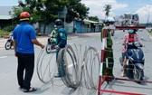 7月26日,守德市曾仁富A坊職能力量拆卸封鎖鐵絲網。(圖源:士興)