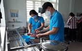 舊邑郡勞動聯團幹部參加做飯向貧困工人贈送。