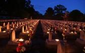 廣治省長山國家烈士陵園夜間點燃香燭緬懷英雄烈士。(圖源:VnE)