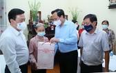 勞動與榮軍社會部部長陶玉蓉(前右二)向阮文說烈士家屬贈送禮物。(圖源:陳勝)