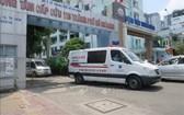一輛救護車駛出115 急救中心大門前往目的地執行任務。(圖源:越通社)