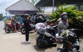 林同省連日來有不少人從南部各疫區騎摩托車返回家鄉。(圖源:TTO)