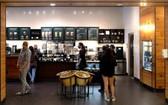 7月21日,顧客在美國舊金山灣區城市聖馬特奧一處購物中心內的咖啡店排隊。(圖源:新華社)