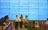 萬盛發集團總經理張惠雲(中) 向市人委會主席阮成鋒和市越南祖國陣線委員會主席蘇氏碧珠遞交一千三百億元善款支持購買防疫醫療儀器。