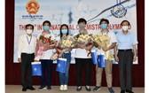 參賽的 4 名學生與老師合照。(圖源: 清雄)