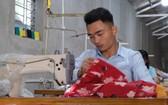 潘明貴為包括殘疾人士在內的許多勞工傳授縫紉技術和創造就業機會。