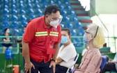 第十一郡領導慰問接種疫苗後民眾。(圖源:緣潘)