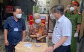 市領導贈送醫療用品與向華人幹部 陳秀娥瞭解防疫工作。