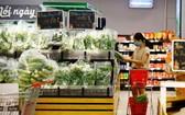 消費者在Vinmart便利店選購物品。(圖源:秋莊)