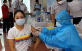 一名女性在一個接種點接受新冠疫苗注射。(圖源:衛生部)
