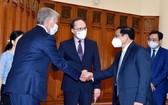 政府總理范明政(前右一)接見俄羅斯聯邦駐越南特命全權大使根納季‧貝茲德科夫(中)及 NOVATEK 集團董事長米赫爾松。(圖源:VGP)