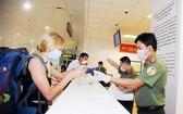 入境者在機場辦理所需手續。(圖源:秋莊)