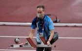 圖為一名日本高齡志工在東京奧運會期間幫助設置起跑架。(圖源:互聯網)