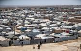 """人們在敘利亞東北部哈塞克省,由庫爾德族人管理的阿爾霍爾難民營中穿行,該營地關押著疑似""""伊斯蘭國"""" (IS) 武裝分子的親屬。 (圖源:AFP)"""