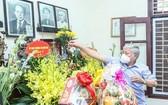 越南祖國陣線中央委員會主席杜文戰上香緬懷原國會主席、原越南祖國陣線中央委員會主席團主席黎光道。(圖源:潘草)