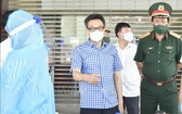 政府副總理武德膽(中)親往堅江省視察當地的防疫工作。(圖源:越通社)