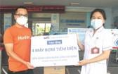 平仙公司代表將醫療設備交給嘉定醫院醫生。