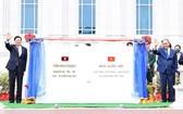 國家主席阮春福(右)與老撾人民革命黨中央總書記、國家主席通倫‧西蘇里出席老撾國會大廈項目揭牌儀式。(圖源:越通社)