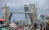 當地時間9日,英國倫敦地標建築倫敦塔橋因技術故障無法關閉,一直處於完全打開的狀態。(圖源:互聯網)