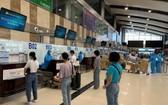 馳援南方抗疫的醫護人員在內牌機場辦理登機手續。(圖源:越通社)