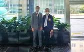 韓國外交部核不擴散外交企劃官樸一(右)和美國國務院確認、承諾及履行局代理副局長助理埃裏克·德沙特爾斯合照。(圖源:韓聯社)
