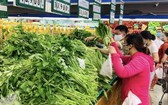 市民在超市選購蔬果。(圖源:VnEconomy)