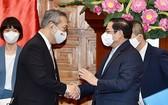 政府總理范明政(前右)接見日本駐越南大使山田貴雄。(圖源:VGP)