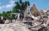 海地Les Cayes,民眾正在清理在地震中倒塌的建築殘骸。(圖源:AP)