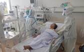 一名重症新冠肺炎患者在重症加護病房接受治療。(圖源:H.T)