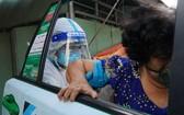 經過115總台的調派,應援出租車隊來接新冠肺炎確診者到醫院。