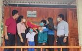 """廣治省共青團向寓居達隆縣斜隆鄉的胡文黑和胡氏麗兩兄妹捐建""""幸福之家""""。"""