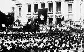 1945年8月19日,河內首都金星紅旗遮天蔽日,數十萬人民前往河內大劇院廣場,參加前所未有的集會。(圖自越通社)