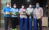 梁福仁先生(右一)向第十一坊贈送氧氣瓶協助新冠肺炎患者。