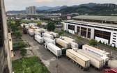 數百輛貨車停留在諒山省新清口岸附近等待通關。(圖源:TNO)