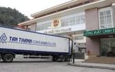一輛集裝箱大貨車在新清口岸辦理手續準備通關。(圖源:詩黎)