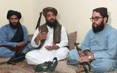 塔利班高級司令官哈希米(中)在阿富汗與巴基斯坦邊境,接受路透社訪問時發言。(圖源:路透社)