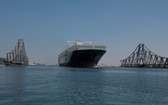 """當地時間20日,""""長賜""""號集裝箱船再次安全通過了蘇伊士運河,這也是它上月離開埃及後首次通過蘇伊士運河。(圖源:互聯網)"""