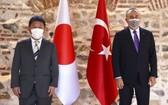 2021年8月20日,土耳其外交部長梅夫呂特·恰武什奧盧(右)在安卡拉與日本外相茂木敏充舉行會晤。(圖源:AP)