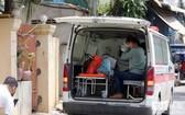 新冠患者乘救護車前往醫院接受治療。 (圖源:柬中時報)