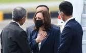 美國副總統哈里斯(中)22日抵達新加坡訪問,新加坡外長維文(左)在機場接機。(圖源:AFP)
