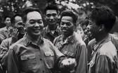 武元甲大將於1968年探望一個軍事單位。
