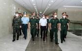政府副總理黎文成(白衣)與工作團前往視察175軍醫醫院的新冠肺炎疫情防控工作。(圖源:院方提供)