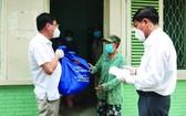 平盛郡領導探望與贈送禮物給獲遷往清多工會旅館的貧戶。