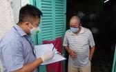7月12日,第一郡多膏坊幹部親至為當地自由勞工支付輔助金。(圖源:何安)