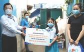 組委會向受疫情影響學生頒發助學金。