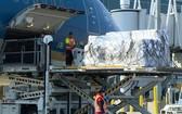 8月25日上午,美國越僑捐助逾 6.2 噸的醫療物資抵達內牌機場。(圖源:VNA)